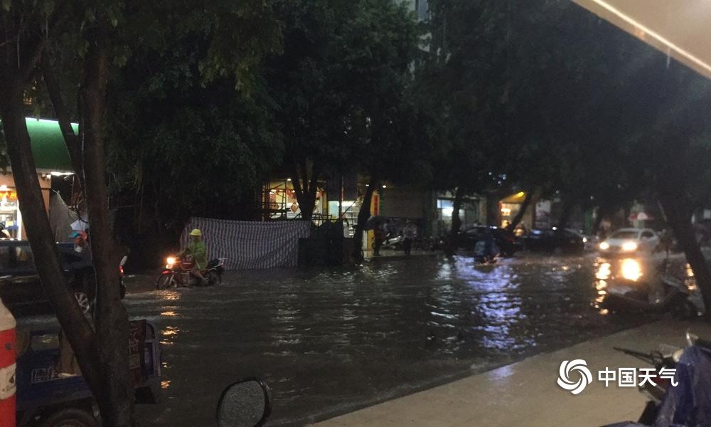 """广东罗定暴雨侵袭变水城 街头车辆""""乘风破浪"""""""