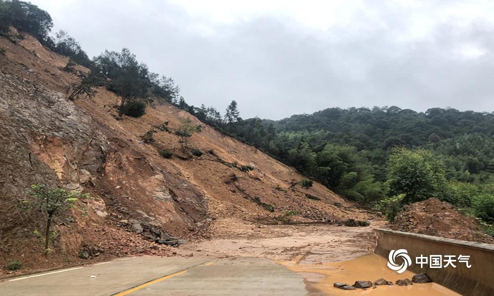 降雨不停灾情频现 福建漳平山体滑坡道路坍塌