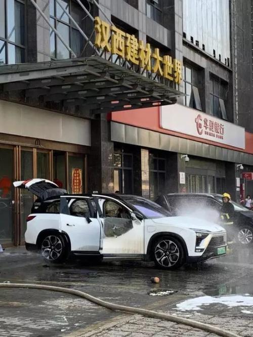 针对下昼微博用户所发布的蔚来ES8在武汉市自燃的事件,@蔚来在官方微博发布声明,称明火已被消逝,未发生人身伤亡及其他财产亏损。该车辆着火因为未明。蔚来已经启动调查,待因为查明后将及时公布