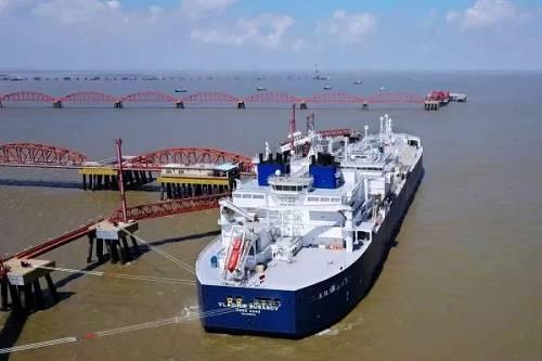 一艘载有俄罗斯液化天然气的船只??吭诮杖缍罂诟?路透社)