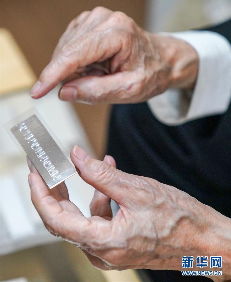 在哈爾濱市松北區老年公寓房間中,崔道植在進行痕跡檢驗實驗(6月10日攝)。新華社記者王松攝