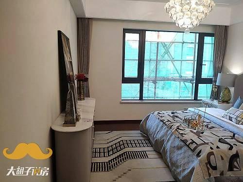 还有占据了稀缺江景的青山区保利项目,价值千万的江景豪宅,带的装修真是简陋到不能再简陋的装修:TOTO的卫浴、方太的厨房三件套。