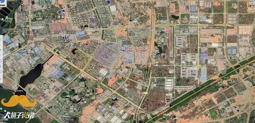 可以非常直白地说,武汉光谷有深圳科技园的底色,不管是基建、产业还是对人才的吸引程度,只是当年的深圳是虹吸全国的人才,武汉是自身培育了百万大学生给光谷吸血。