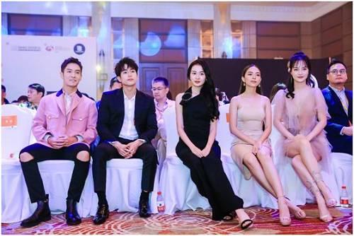 (从左至右:中国著名演员盛一伦、泰国知名演员查侬·散顶腾古、中国内地姐妹团AKB48 Team SH一期成员董芳池、泰国著名新生代女星Baitoei(Ms. Zuvapit Traipornwrakit)、中国新生代女艺人杜思奕)