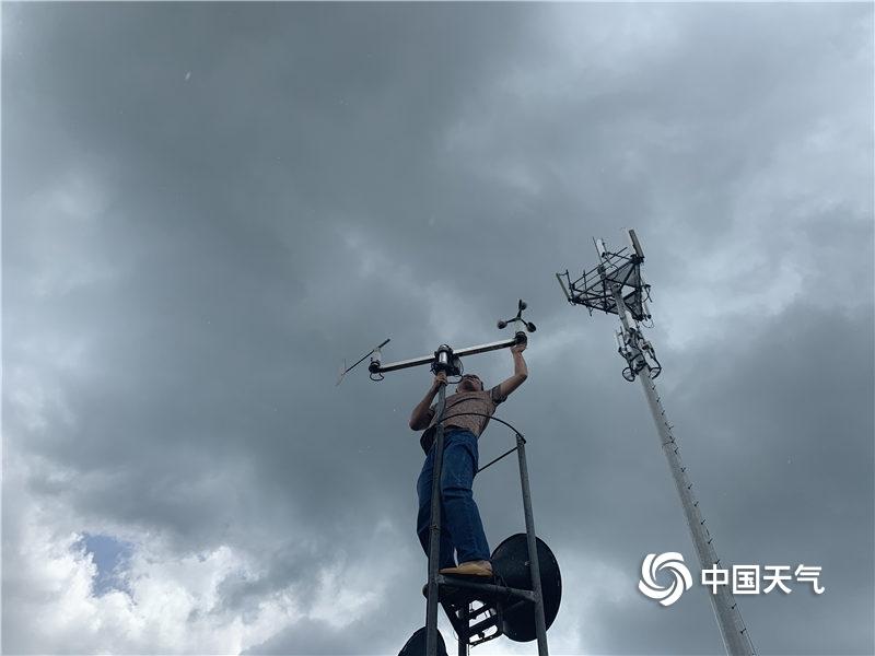 """广东雷州""""台风云""""压顶 检修气象站迎战热带低压"""