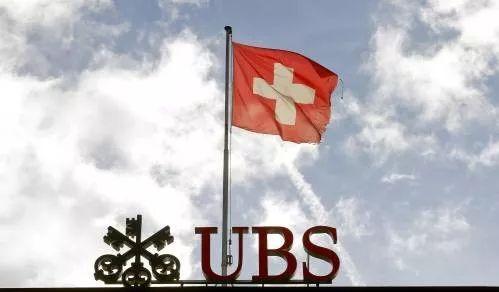 图为一面瑞士国旗在瑞士银行集团的标识上飘扬。(新华社/路透社)