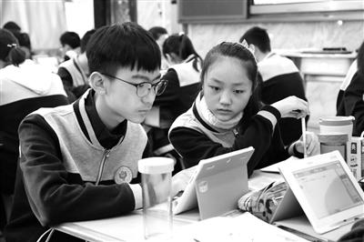 """一位姓李的学生家长说:""""过去,我孩子读小学时报了三个课外补习班图片"""