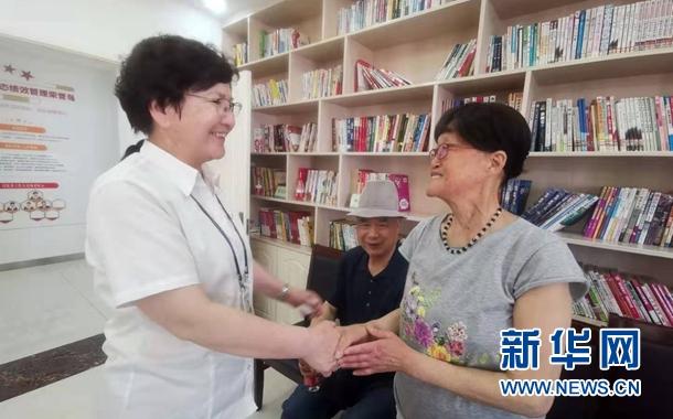热先古力・托乎提在与来社区进行义务体检的居民交谈。杨晓波