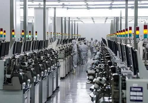 资料图片:重庆一家半导体公司芯片封装车间的工人在工作。(新华社)