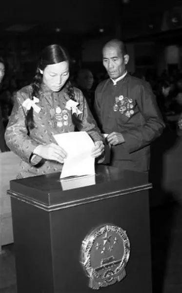 1954年9月27日,申纪兰在第一届全国人大一次会议上投票选举国家领导人。