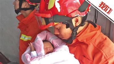 洪水中救出婴儿 看到微笑消防员暖心