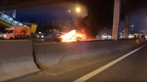 据悉当时车主开启了Autopilot自动驾驶系统,因系统缺陷导致车子与一辆停着不动的拖车相撞,随后Model  3在短时间内两次爆炸起火。