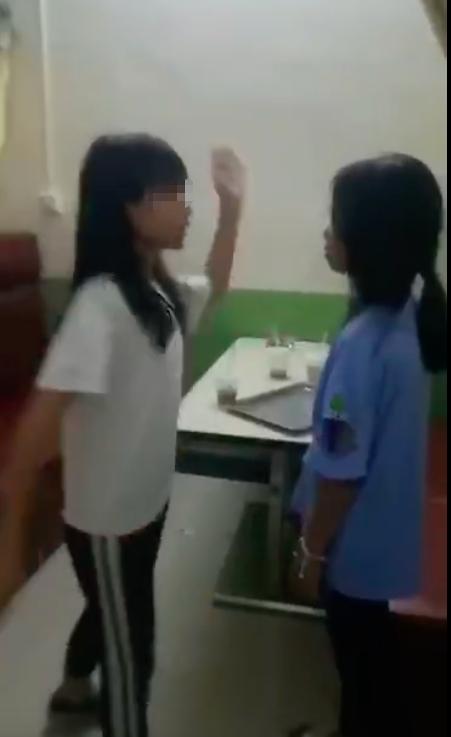 一女生向另一女生伸手。视频截图