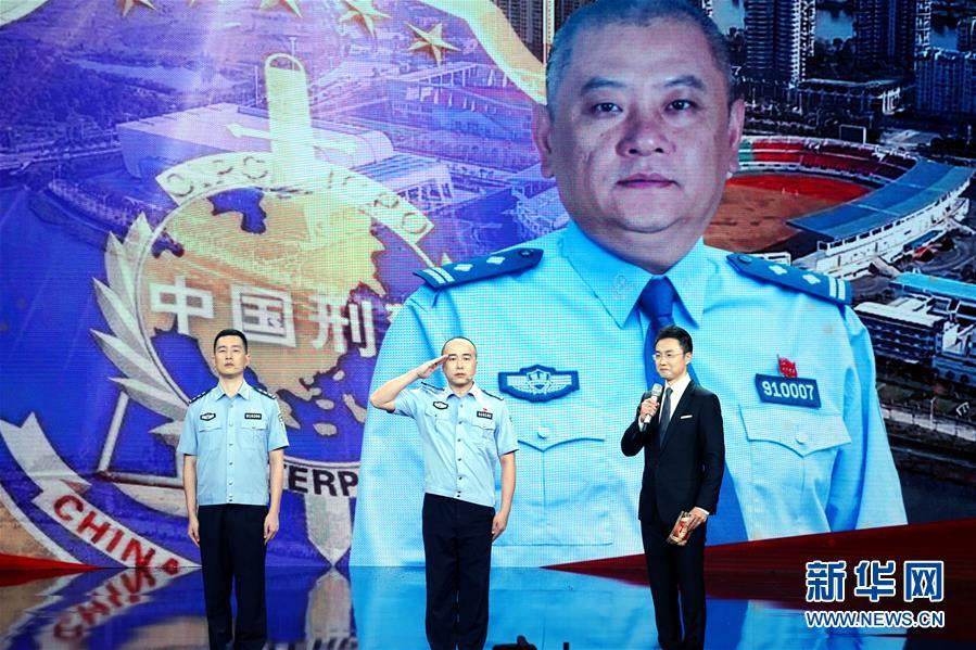主持人(右)在仪式上向杨春生前的同事了解杨春的事迹(8月26日摄)。新华社记者 潘旭