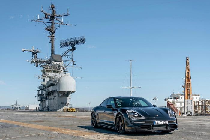 <b>保时捷taycan测试,时速百米制动,不过场地却是航空母舰</b>