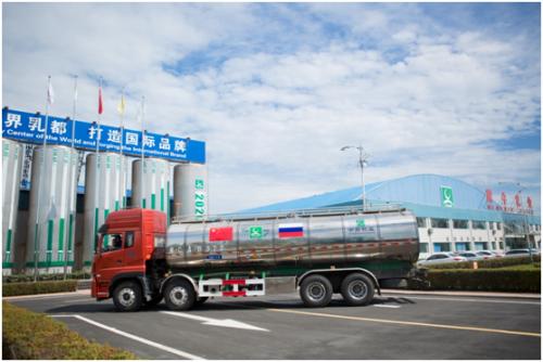 载有俄罗斯牧场生鲜牛乳的奶罐车运抵蒙牛工厂