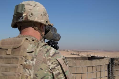 2018年11月1日,一名美军士兵在叙利亚曼比季警戒。(新华社/路透)