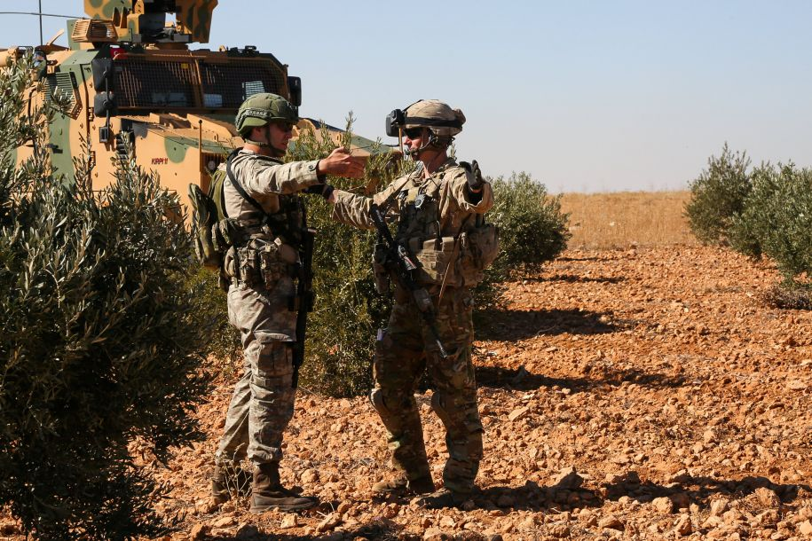 """美国白宫12月19日称,随着在叙利亚打击极端组织""""伊斯兰国""""的战事取得成果,美国已开始撤回驻叙美军。这是2018年11月1日,美军士兵和土耳其士兵在叙利亚曼比季执行联合巡逻任务。新华社/路透"""