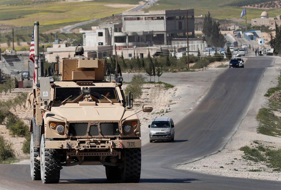 """美国白宫12月19日称,随着在叙利亚打击极端组织""""伊斯兰国""""的战事取得成果,美国已开始撤回驻叙美军。这是2018年4月4日,在叙利亚曼比季,一辆美军军车在道路上行驶。新华社/美联"""