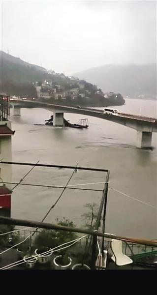 采砂船失控 撞上旬阳汉江大桥桥墩沉没