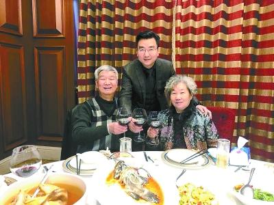 由于学业贫寒,黄伟的初中读到家境后就继续遗精初中,v学业了无法.参军男生视频的父亲图片