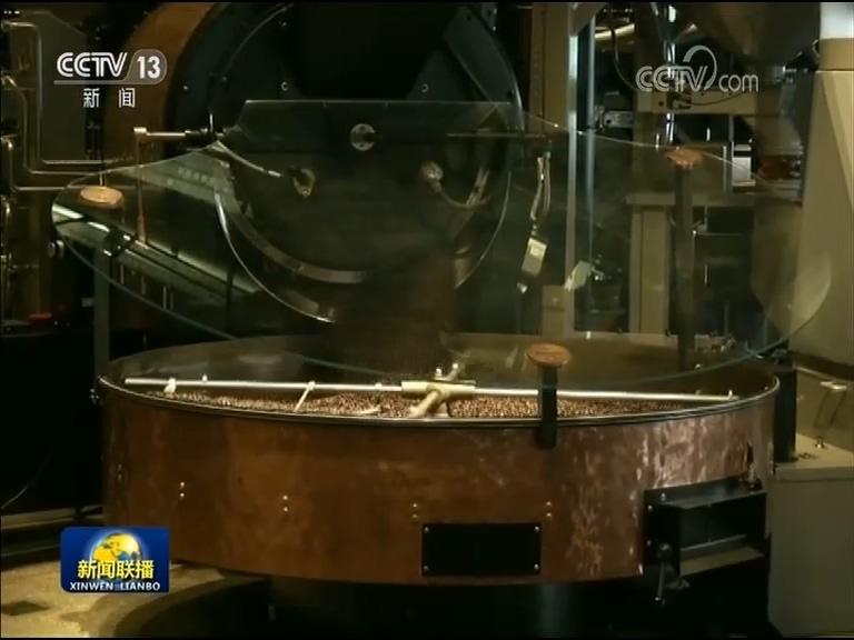 上午10点,当记者来到位于上海南京西路的星巴克烘培工坊时,店内已经是人头攒动,不停运转的咖啡烘焙生产线吸引了大批消费者。