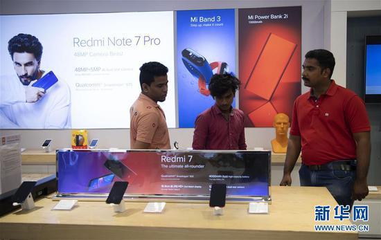 这是在印度金奈的一家商场,人们在中国品牌小米的门店购买手机(2019年10月8日摄)。 新华社记者 吕小炜 摄 点击进入专题:习近平赴印度出席中印领导人第二次非正式会晤
