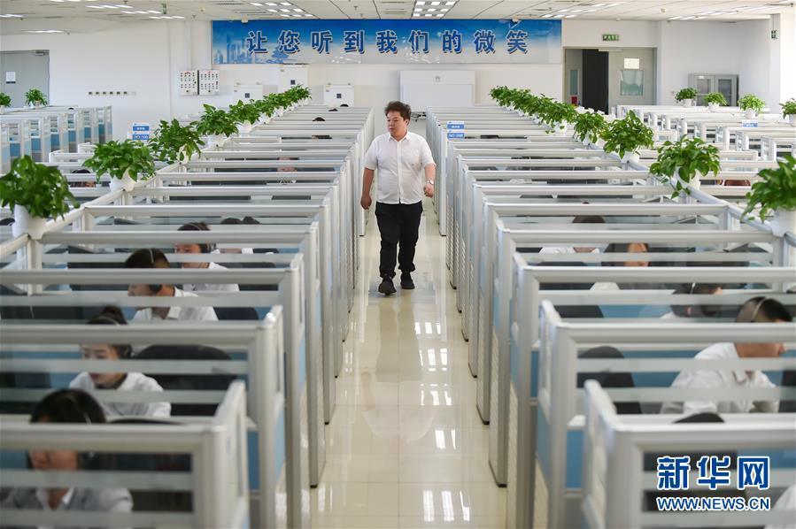 11月13日,当班组长在位于北京亦庄的12345市民热线话务大厅里巡视。 新华社发(彭子洋摄)