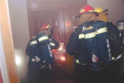 遇到火灾用湿毛巾捂住口鼻 身上起火要就地打滚