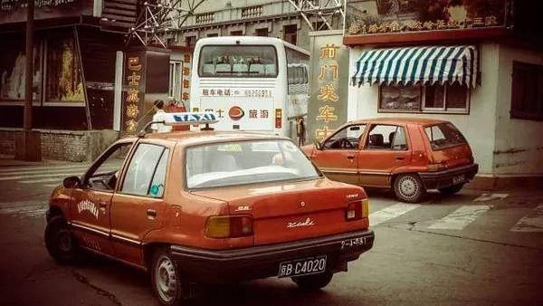 """1986年,天津一汽决定以CKD形式引入大发Charade车型,并命名为""""夏利""""。"""
