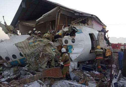 机断楼塌!哈萨克斯坦空难现场千人紧张搜救