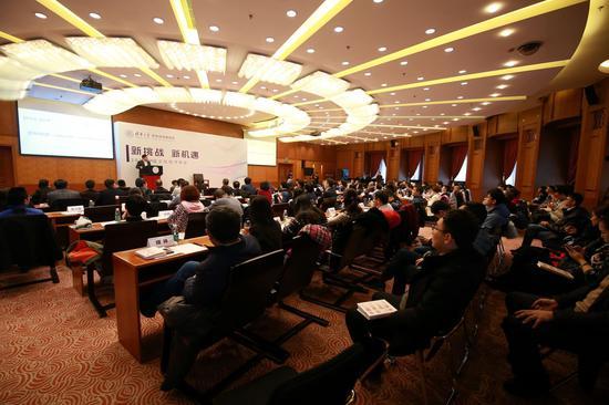 """2019年12月29日,,为了促进文化和经济互通互望,洞悉行业发展规律,把握产业机遇,面向中国经济新未来。清华大学文化经济研究院在清华大学主楼举办了""""新挑战 新机遇―2020中国文化经济年会""""。本次年会以""""宏观经济新挑战,文化经济新机遇""""为主题。会上业界人士和专家学者各抒己见,为推动中国文化事业和产业发展繁荣,推动文化与经济有机融合和共生发展建言献策,贡献力量。年会由清华大学文化经济研究院副院长薛镭教授主持。"""