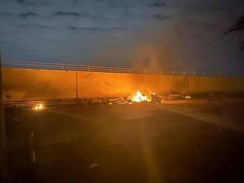这张从社交媒体获取的照片表现,1月3日,在伊拉克首都巴格达国际机场附近,一处着火点冒出浓烟。(新华社/路透社)