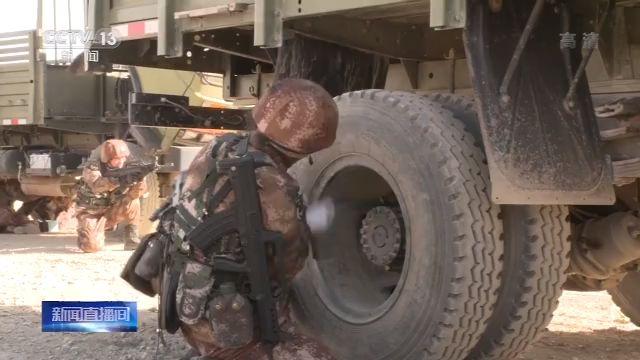 在战时车辆抢修考核中,官兵要在规准时间内,完善无千斤顶更换轮胎、行使野战维修方舱更换传动轴等多个课现在。始末连贯课现在考核,部队追求了3000米以上差别海拔高度的训练标准,拟订了差别类型部队抓战斗力生成的有效路子,为新年度军事训练开益头、首益步打基础。