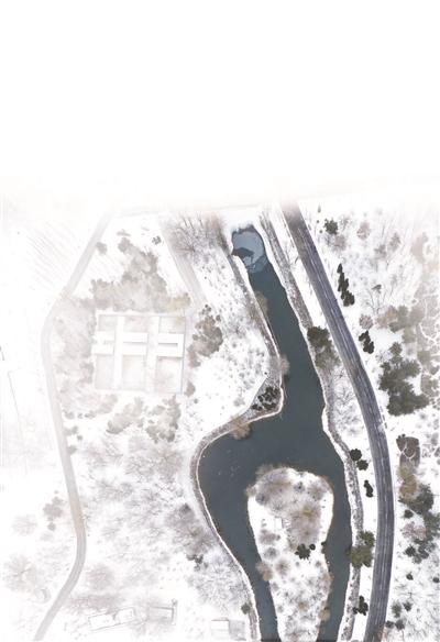 满城皆冰雪 唯有一湖春