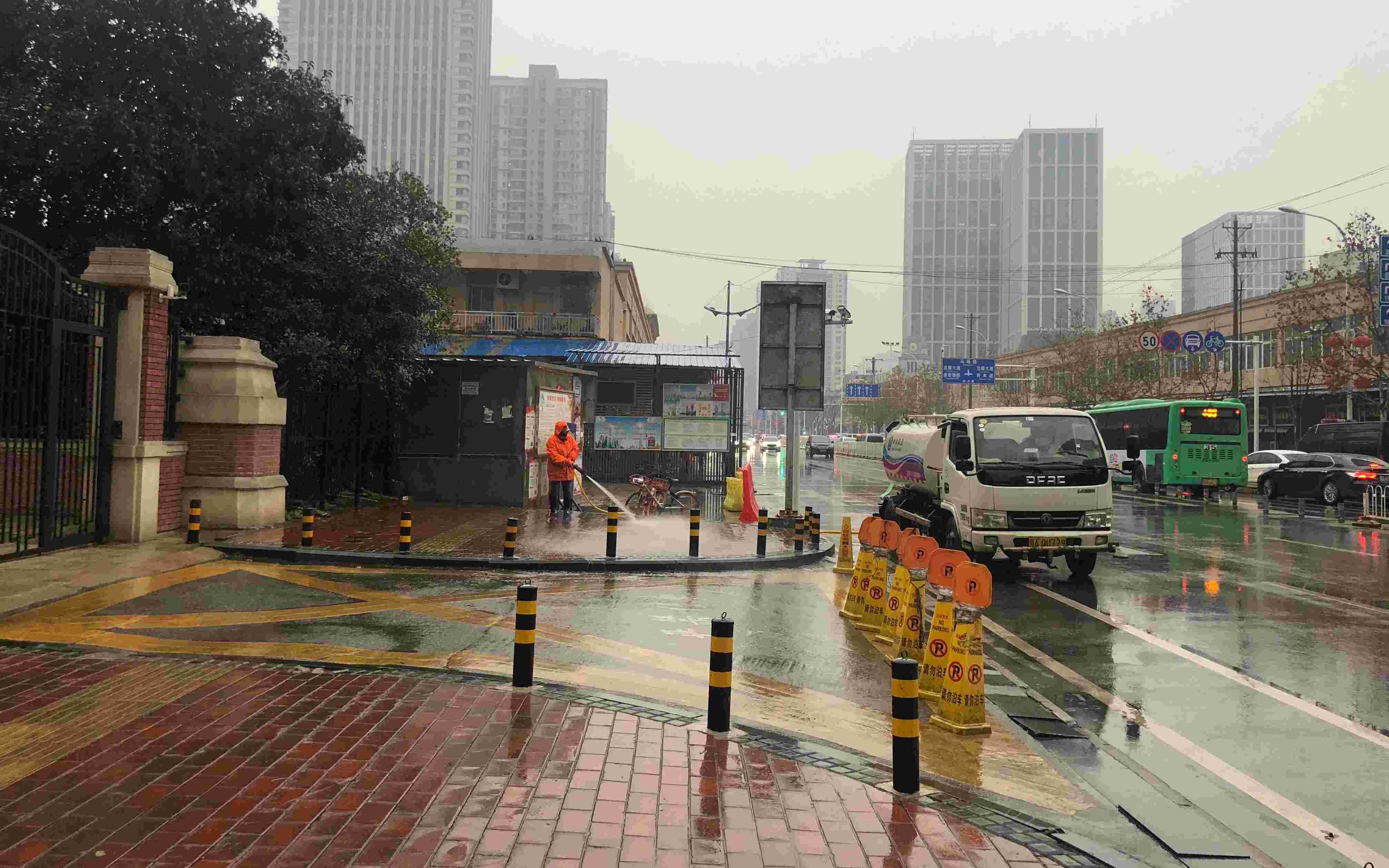 1月21日,武汉华南海鲜市场,做事人员在消毒。新京报记者 吴娇颖 摄