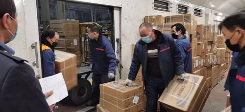 1月31日0时30分,郑州站走包车间职工添紧装运1000件防疫物资。他们要把这些物资别离装上4趟列车上,危险驰援武汉。固然已是子夜,但每幼我都格表精神,不敢有丝毫懈怠。
