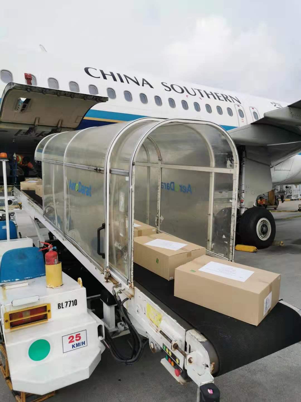 马来西亚中国银行捐赠的疫情防控物资装运上机