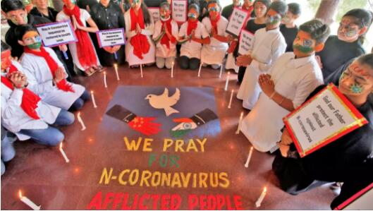吾们为受新冠病毒折磨的人们祈祷