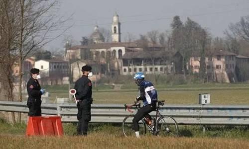 2月24日,意大利伦巴第大区科众尼奥,警察正在巡逻。(美联社)