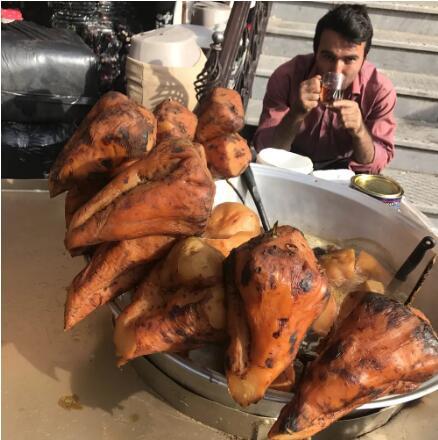 伊朗烤红薯,依旧一个字——甜,卖红薯的老板喝的就是上面的糖水