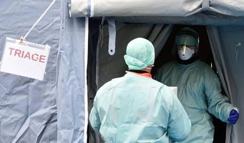 意大利布雷西亚医务人员在医院外搭建的帐篷中工作。图/新华社