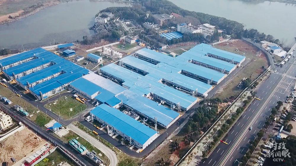 """从1月23日下达建设义务,到2月2日落成交付,火神山医院在10天内收工,表现了""""中国速度"""",成为抗击疫情的新地标。"""
