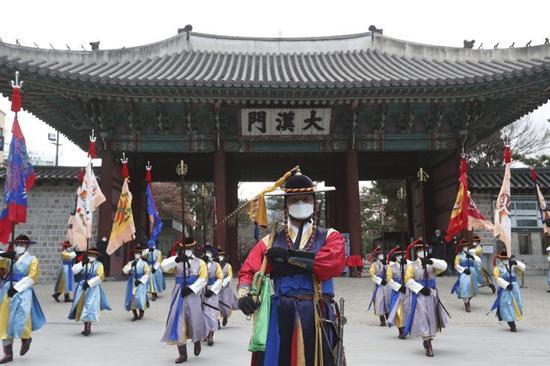 北京时间13日消息,据韩联社报道,韩国雇佣劳动部周一发布的一项数据显示,受疫情影响,韩国3月初次申请失业金(求职补助金)人口达15.6万,同比增加24.8%,失业金支付总额为8982亿韩元(约合人民币52亿元),同比激增40.4%,时隔一个月再创新高。