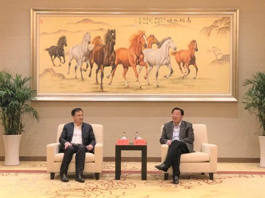 扬州市广陵区委书记潘学元(右)与中国奥园集团党委书记、总裁郭梓宁(左)亲切会晤