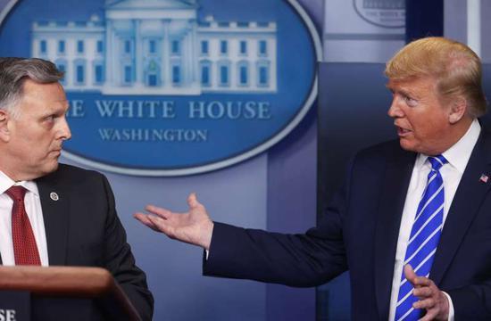 北京时间24日新闻,美国总统特朗普在周四的白宫疫情简报会上提出,考虑向新冠病毒感染者体内注射消毒剂,行为不准病毒的一栽手段的能够性。