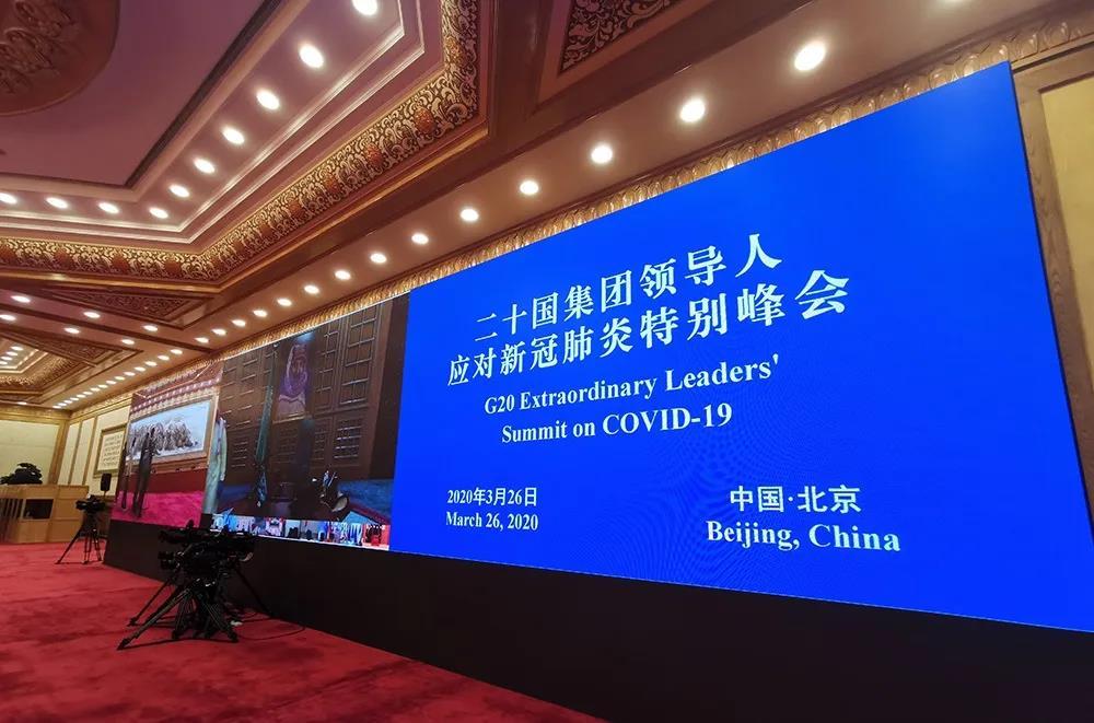 与此同时,中国坚持公开、透明、负责任原则,第一时间向世界卫生组织报告疫情、第一时间向全球分享新冠病毒基因序列、第一时间开展疫情防控专家国际合作。世界卫生组织驻华代表高力说,早在去年12月31日就得到中方非正式通知。从今年1月3日起,中方定期与世界卫生组织、有关国家和地区组织以及中国港澳台地区及时、主动通报疫情信息。第74届联合国大会主席班迪评价说,中国在防控疫情过程中展现出的领导力与透明度堪称典范。
