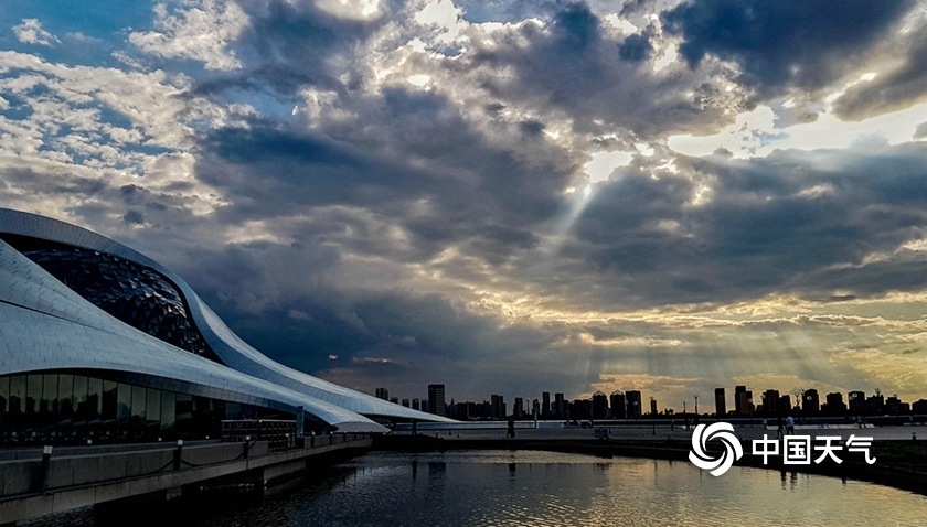 阳光破云而出 哈尔滨城市旖旎