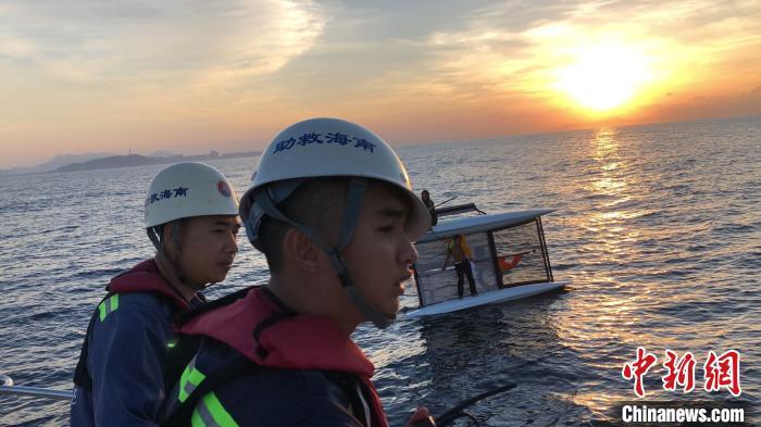 两名帆船爱好者三亚出海被浪打翻漂流17小时终获救-新闻频道-和讯网