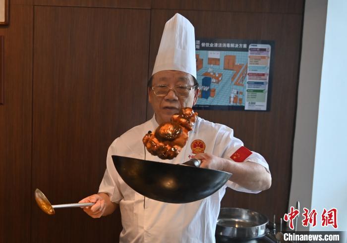 """中国烹饪艺术家刘敬贤""""云上""""展示""""辽菜""""烹饪技巧"""
